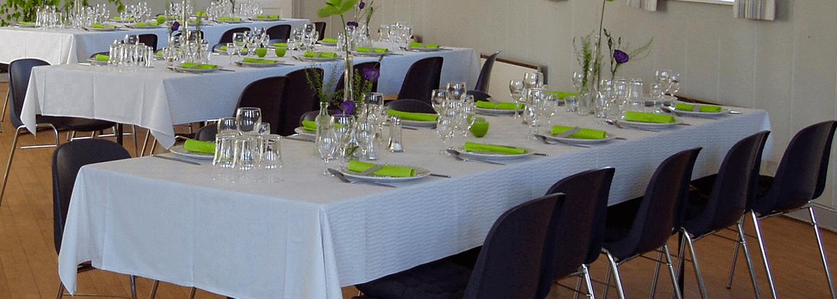 Dækket bord i forsamlingshuset